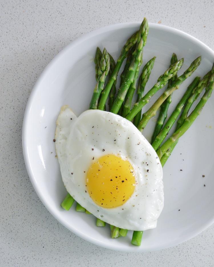 Huevos con esparragos